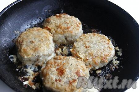 Вкусные, сочные рыбные котлеты с сыром можно подать с гарниром по вашему вкусу.