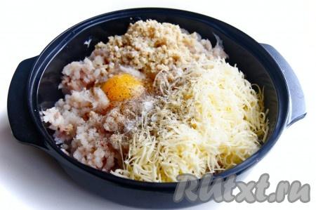 В полученный рыбный фарш добавить натертый сыр, яйцо, соль, перец и тщательно перемешать.