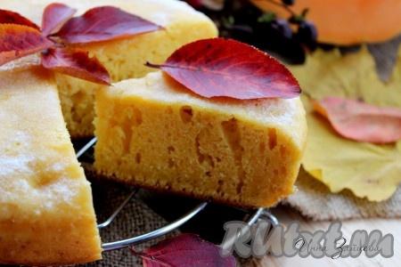 При подаче невероятно вкусный и ароматный тыквенный пирог, приготовленный в мультиварке, можно посыпать сахарной пудрой.