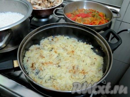 Капусту помещаем на отдельную сковороду и обжариваем на разогретом растительном масле, иногда помешивая, до золотистого цвета. Это займёт минут 5-7. Капуста готова.