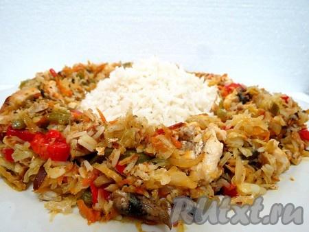 Куриное филе с грибами и овощами можно подавать с рисом по-разному. Можно мясо, овощи и грибы разложить вокруг риса, выложенного горкой в центре блюда, а можно всё перемешать с рисом. Блюдо получается очень вкусным.