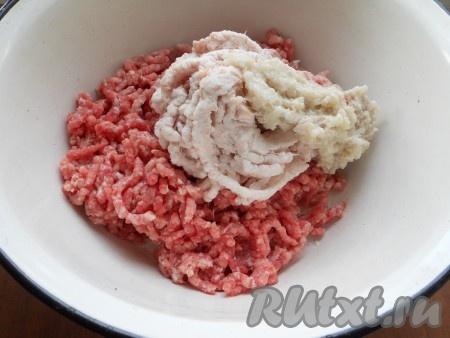 На мясорубке перекрутить свинину, сало и репчатый лук.