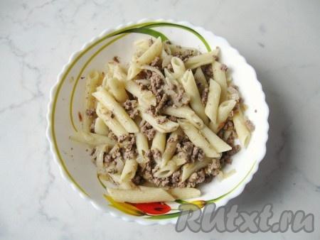 Перемешать макароны с луком и печенью. Посолить и поперчить по вкусу.
