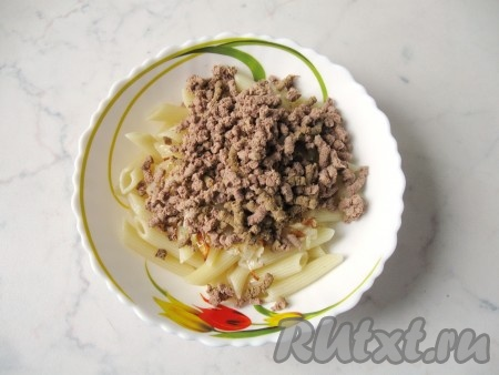 К макаронам с луком выложить измельченную в мясорубке печень.