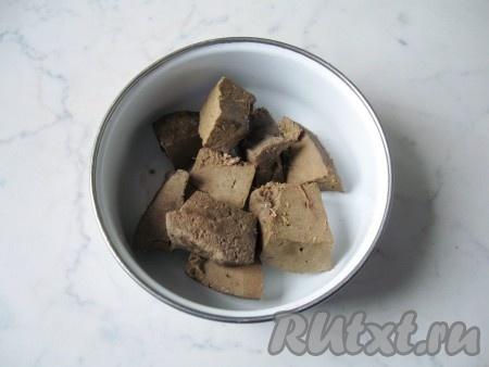 Говяжью печень помыть. Удалить протоки и снять пленку. Выложить в кастрюлю с водой и отварить до мягкости (примерно 10-15 минут). Готовую печень достать из кастрюли и немного охладить.