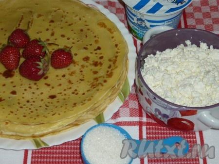 Яйца с солью и сахаром взбить венчиком. Добавить растительное масло и тёплое молоко. Постепенно добавляя просеянную муку, взбивать тесто до получения гладкой консистенции, без комочков. Сковороду хорошо разогреть, первый раз смазать сковороду растительным маслом и выпекать блины, как обычно (после первого блина маслом больше сковороду не смазываем, так как мы добавили масло в блинное тесто).