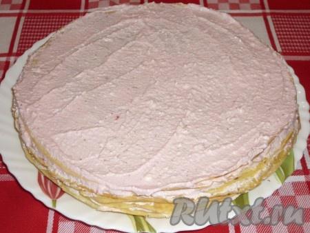 Сверху также смазать блинный торт тонким слоем творожного крема и украсить клубничкой.