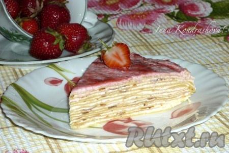 И можно подавать на стол наш вкусный, необыкновенно нежный блинный торт с творожным кремом. А вот такой он в разрезе.