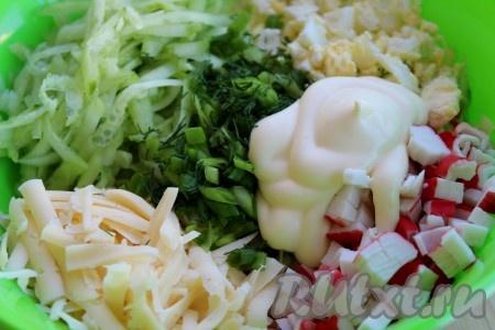 Соединить в салатнике яйца, сыр, крабовые палочки, огурец и зелень, посолить, поперчить по вкусу, заправить майонезом или сметаной, тщательно перемешать.