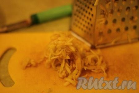 Рис смешать с орехами, ванилином и сахаром. Яблоко натереть на крупной терке.