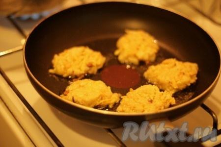 Сковородку с маслом разогреть. Руками сформировать оладьи и обжаривать на растительном масле с двух сторон до золотистого цвета.