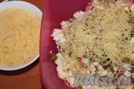 Сыр натереть на мелкой терке и добавить в салат из копченой колбасы, пекинской капусты, яиц и горошка.