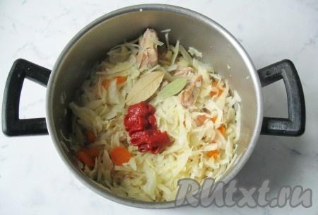 Добавить томатную пасту, соль, перец черный молотый и лавровый лист. Перемешать все ингредиенты и тушить еще 5-7 минут.