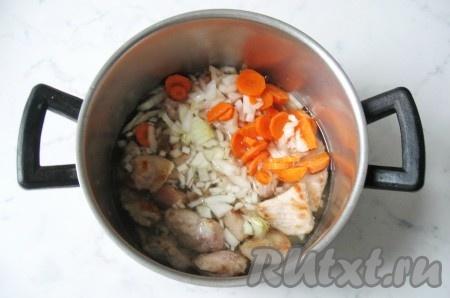 Налить в кастрюлю с мясом и овощами воду так, чтобы она немного накрывала всё содержимое. Накрыть крышкой и поставить на плиту. Тушить мясо с овощами на небольшом огне почти до готовности. Время приготовления зависит от качества мяса, но в среднем на это потребуется 35-40 минут.