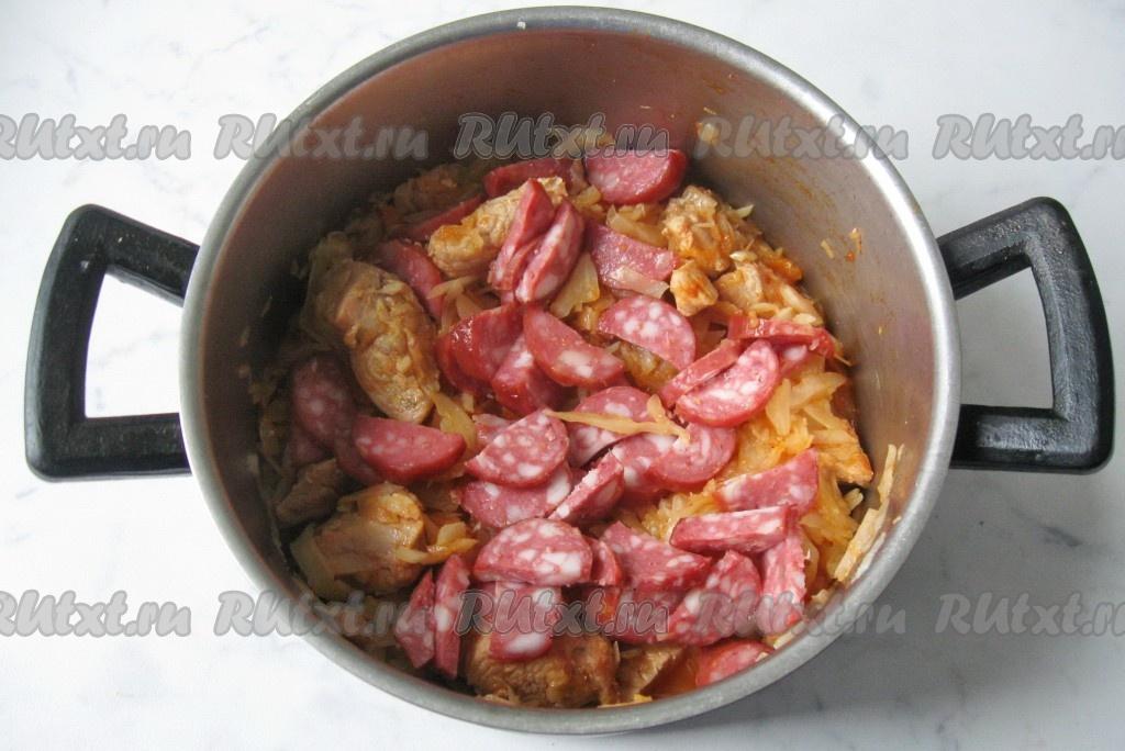 капуста тушеная с колбасой в кастрюле