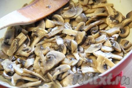 Обжарить шампиньоны в течение 15 минут при помешивании. Затем снять сковороду с огня и остудить грибы.