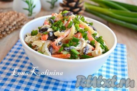 Вкусный и сытный салат с курицей, фасолью и сыром перемешать, выложить в салатник. Сверху посыпать измельченным зеленым луком и подать к столу.