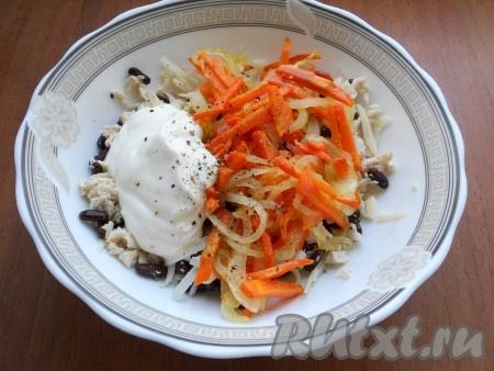 Лук и морковь обжарить на растительном масле до полуготовности, остудить и добавить овощи в салат. Также добавить майонез, посолить и поперчить салат по вкусу.