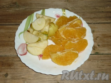Режем яблоки и очищенный апельсин дольками.