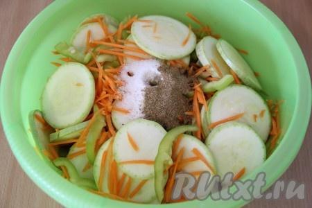 В глубокую миску выложить кусочки кабачков, морковь и перец. Добавить чеснок и хорошо перемешать овощи. Затем добавить сахар, соль, растительное масло, уксус, соевый соус и приправу.