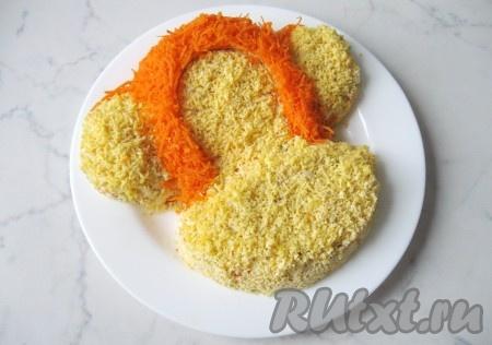 Сырую морковь почистить, помыть, натереть на мелкой терке. Выложить морковь, как показано на фото. Это волосы нашей огненной обезьяны.