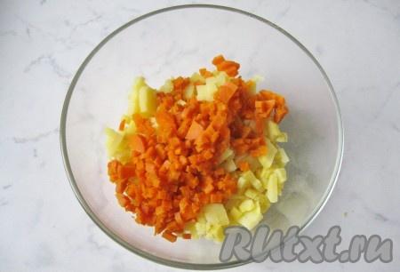 Одну морковь сварить до мягкости в кожуре, охладить, почистить и мелко нарезать. Добавить в салатник к картофелю.