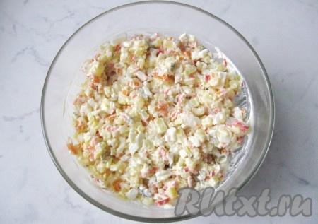 Салат посолить и поперчить по вкусу, перемешать все ингредиенты.