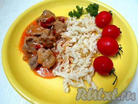 Сочную, ароматную свинину в томатном соусе, приготовленную на сковороде, можно подать с пастой, картофелем или крупами.