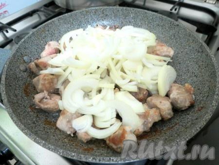 К мясу отправляем лук, перемешиваем.