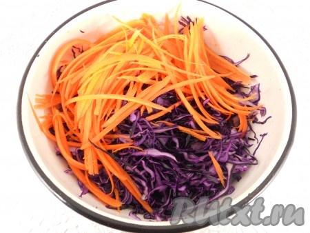 Капусту тоненько нашинковать, немного посолить и помять руками. Добавить морковь, натертую на терке для корейской моркови.