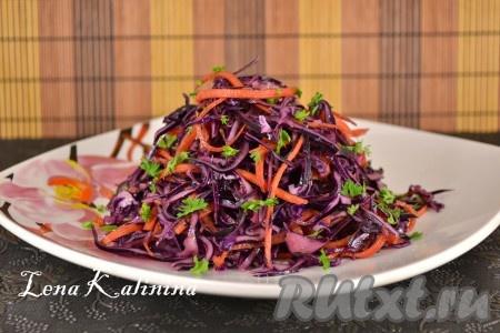 Готовую невероятно пряную и вкусную краснокочанную капусту, приготовленную по-корейски, выложить горкой на тарелку, посыпать измельченной зеленью и подать к столу.