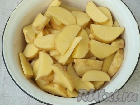 Почистить картофель, нарезать ломтиками и сложить в миску, приправить солью, специями, добавить немного растительного масла, хорошо перемешать.