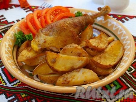 Разогреть духовку до 180 градусов, поставить в неё форму и запекать курицу 1 час - 1 час 10 минут. Вилкой проверить готовность курицы, вилка должна свободно входить и мясной сок должен быть прозрачным. Курицу разделать на части и подавать к столу. Невероятно вкусная курочка, запечённая с горчицей и картофелем, готова!