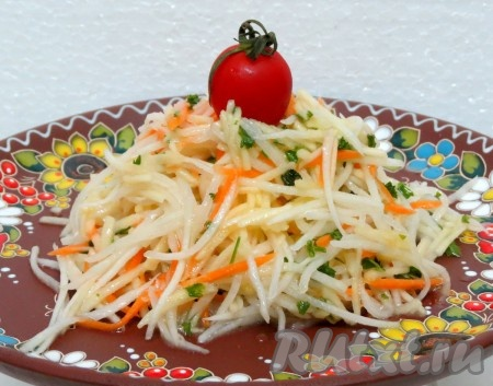 Солим, заправляем растительным маслом и соком лимона. Вкусный, сочный, полезный салат из дайкона с морковью и яблоком прекрасно разнообразит ваше меню.