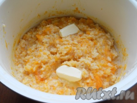 """Мультиварку накрыть крышкой и выставить программу """"Молочная каша"""" или """"Каша"""" на 55 минут. После оставить на режиме """"Подогрев"""" еще на 20-30 минут. Затем добавить в тыквенную кашу сливочное масло и аккуратно перемешать. Каша получается густой, не водянистой. Если вы хотите, чтобы тыквенная каша была жидковатой, добавьте в начале готовки больше молока или воды (еще 1 мультистакан)."""