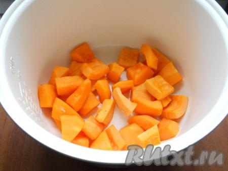 """В чашу мультиварки поместить очищенную и нарезанную кусочками тыкву. Влить немного воды (около 150 мл), выставить режим """"Тушение"""" на 15 минут. Тушить тыкву при закрытой крышке. Если тыква будет сыровата, добавьте еще минут 5."""