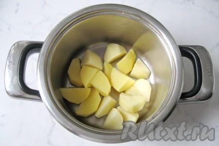 Картофель почистить, помыть и нарезать произвольно. Вообще, размер нарезки овощей для этого супа не имеет значения: все овощи в итоге взбиваются блендером. Выложить картофель в кастрюлю.