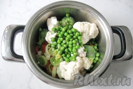 Зеленый горошек помыть и добавить к овощам. Если у вас он мороженый, то размораживать его не нужно.