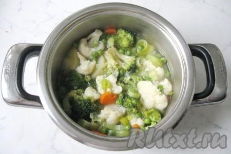 В кастрюлю налить воду так, чтобы она чуть покрывала все овощи (примерно 600 мл воды). Накрыть кастрюлю крышкой и варить 20-25 минут до готовности всех овощей.