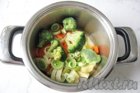 Брокколи разобрать на соцветия, помыть и добавить в кастрюлю к остальным овощам.