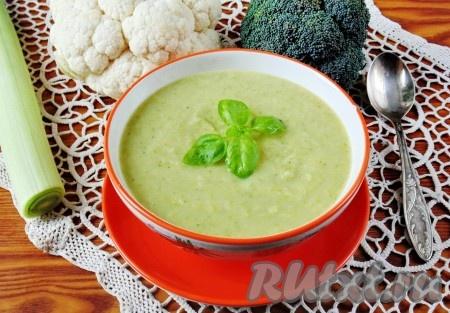 Нежный, вкусный, полезный суп-пюре из брокколи и цветной капустой готов. Подаем на первое в обед.