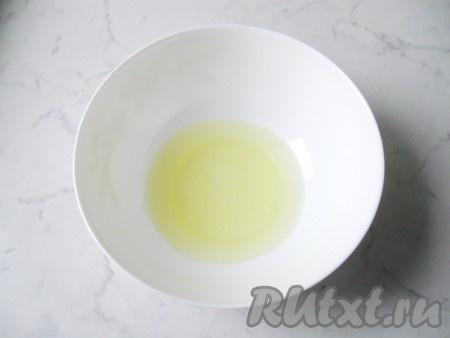 Приготовить безе. Охлажденные белки яиц выложить в глубокую миску (важно, чтобы миска была абсолютной сухой).