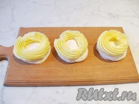 На нижнюю часть пирожного безе с помощью кулинарного мешка отсадить крем.