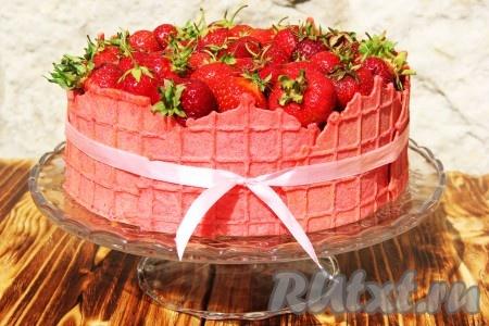 Верх торта выложить свежими ягодами клубники.