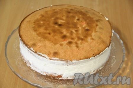 Выложить второй корж поверх крема и слегка прижать. В таком виде поставить творожно-клубничный торт в холодильник на ночь. Можно прикрыть торт крышкой или накрыть пищевой плёнкой.