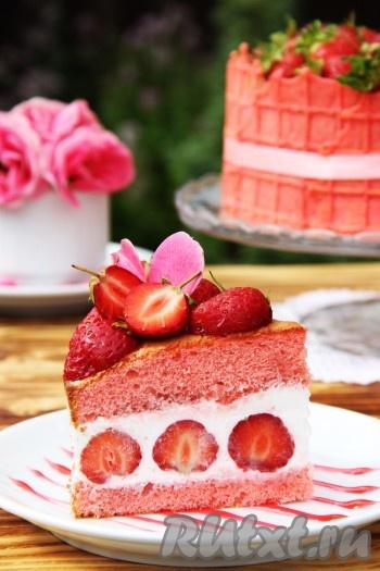 Вот такой красавец получился! В принципе всё легко и просто! Порадуйте своих близких вкусным творожно-клубничным тортом.