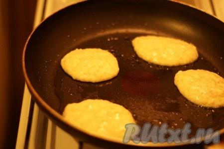 Сковородку смазать небольшим количеством растительного масла и жарить овсяные оладушки с двух сторон до появления золотистой корочки.