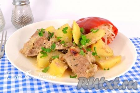Накрыть форму фольгой и поместить в разогретую до 190-200 градусов духовку на 1 час 10 минут. После этого фольгу снять и, если хотите чтобы была красивая корочка, поместите картошку и свинину в духовку еще минут на 10-15, увеличив температуру до 220 градусов. Необычайно вкусный и ароматный картофель со свининой, приготовленный в духовке, подать в горячем виде к столу.