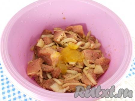 Добавить довольно крупно нарезанный репчатый лук, мед, сушеный чеснок, влить соевый соус и бальзамический уксус.