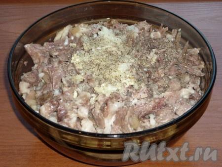 Очищаем оставшуюся луковицу и чеснок, пропускаем через мясорубку. Добавляем овощи к мясу. Солим и перчим по вкусу.